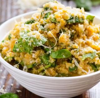 Ensalada de calabaza con quinoa, espinaca y queso parmesano