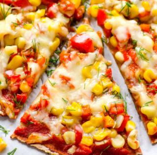 Pizza Fitness: Tortilla de maíz, pimientos y salsa de ajo.