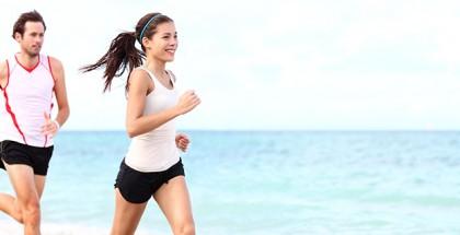 correr en pareja playa